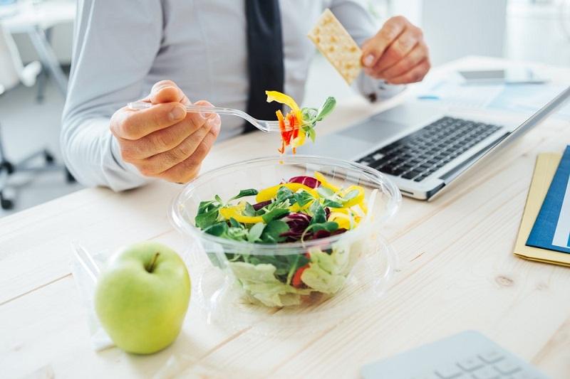 4 Tips Mudah Menjaga Pola Makan Sehat di Kantor