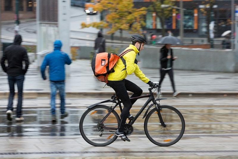 5 Tips Aman Bersepeda ke Kantor Saat Hujan