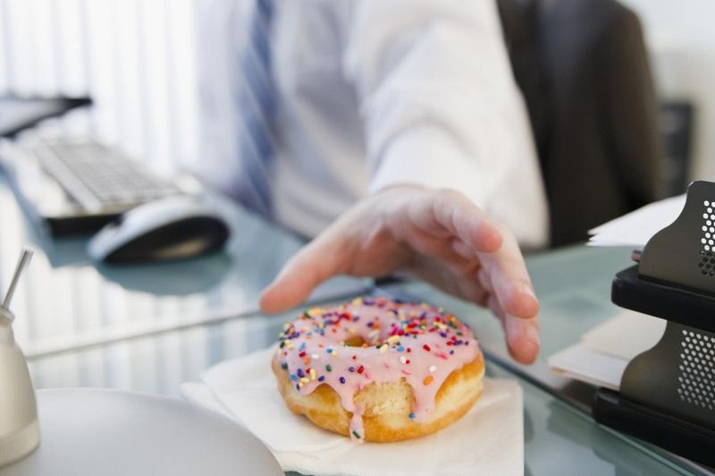 5 Tips Menghindari Camilan Tidak Sehat di Kantor