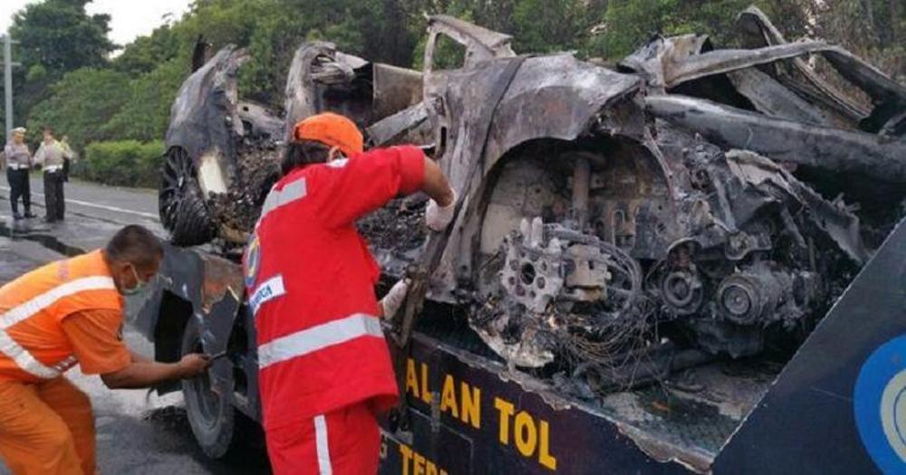Mobil berisi 4 mahasiswa binus terbakar setelah mengalami tabrakan maut