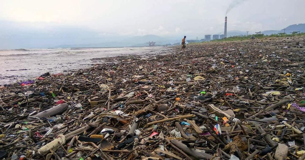 Tumpukan sampah kotori kawasan Pantai Loji Geopark Ciletuh