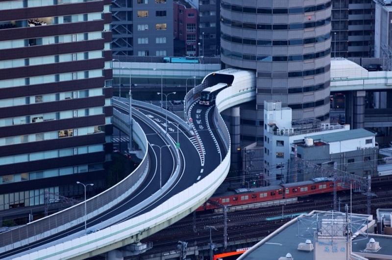 Unik, di Jepang ada Jalan Tol Menembus Gedung Perkantoran